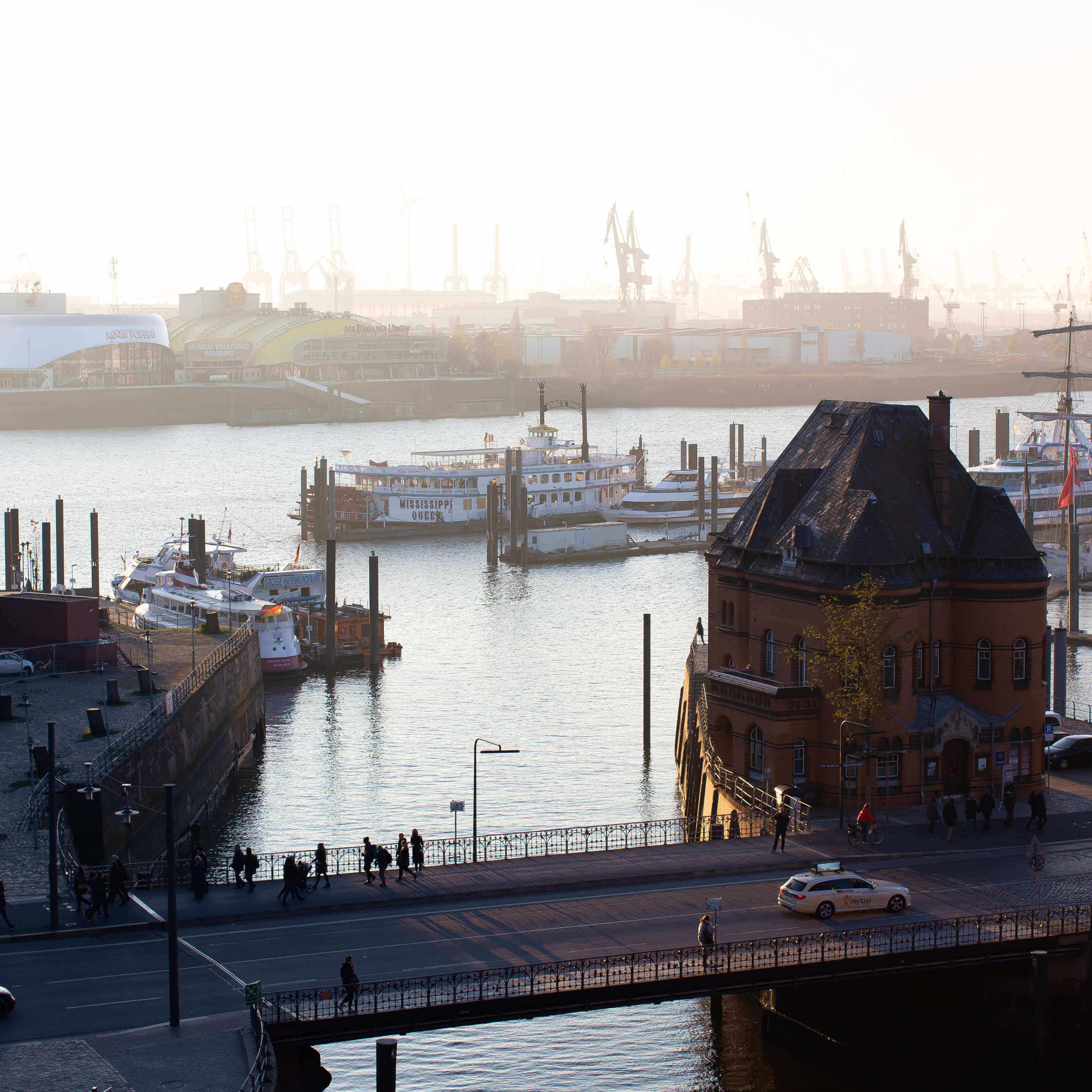 Chemikalien Hamburg, Hamburger Hafen am Morgen