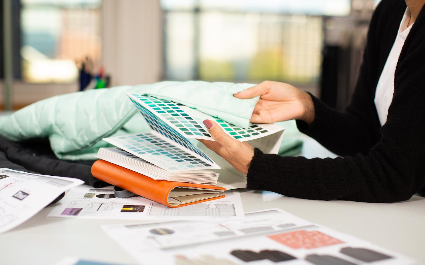 Nachhaltige Textilien Frau Tisch Farbtabelle