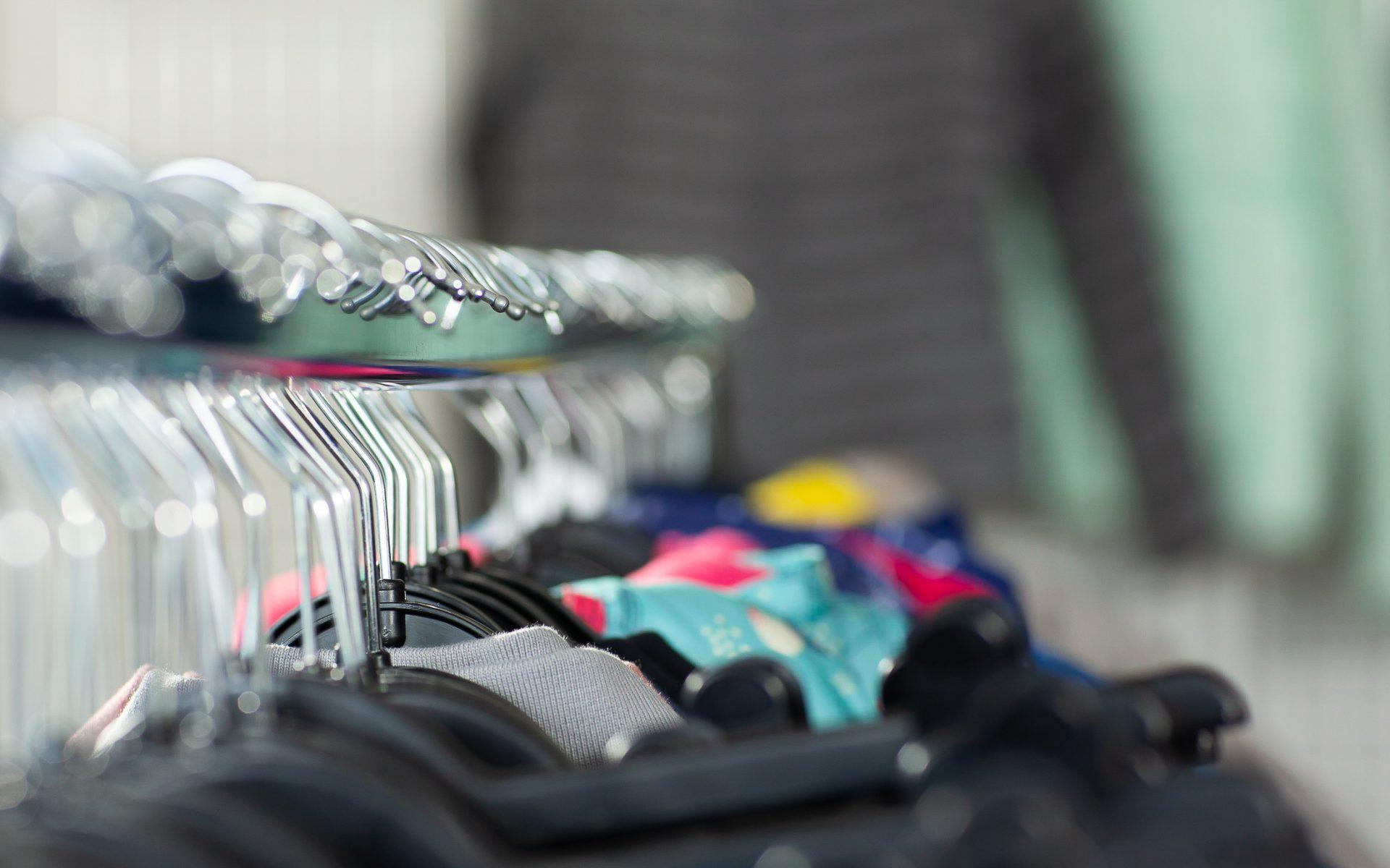 Nachhaltige Textilien Kleidung Dunkel auf der Stange