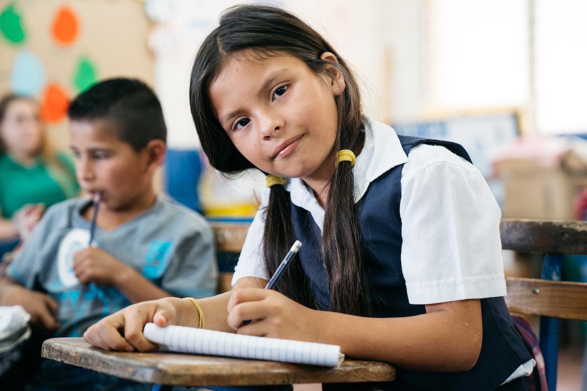 Chemikalien Seetransport Mädchen in Schule mit Stift und Block