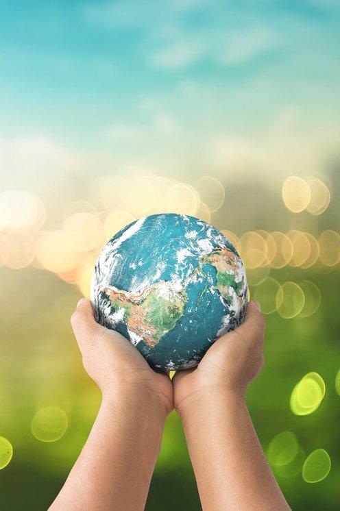 Sandstrahlen Dortmund Hände mit Globus und grünem Hintergrund